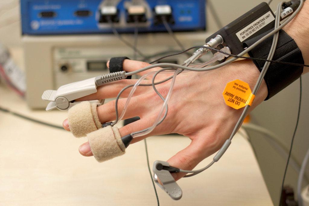 Multiparametrisches Monitoring an den fünf Fingern einer Hand. Relevante physiologische Parameter wie Blutdruck, Sauerstoffsättigung und Pulswelle werden dabei nichtinvasiv und kontinuierlich abgeleitet. © TU Wien