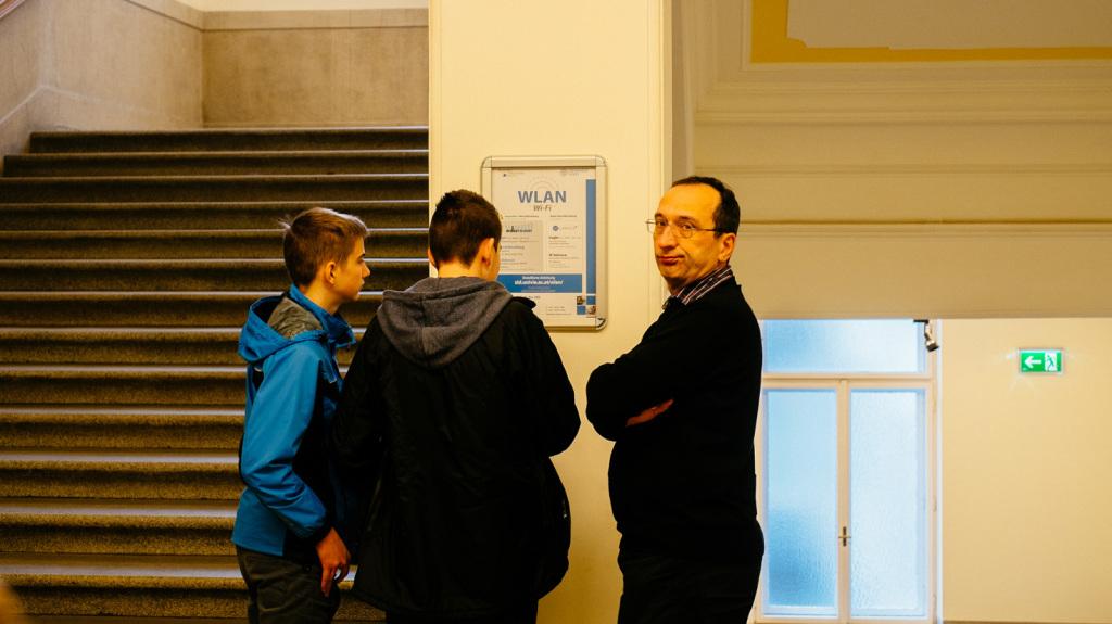 Besucher der Matinee im 3. Stock des Hauptstiegenhauses Strudlhofgasse 4. Nach links geht es zum Eingang des Christian-Doppler-Hörsaals.
