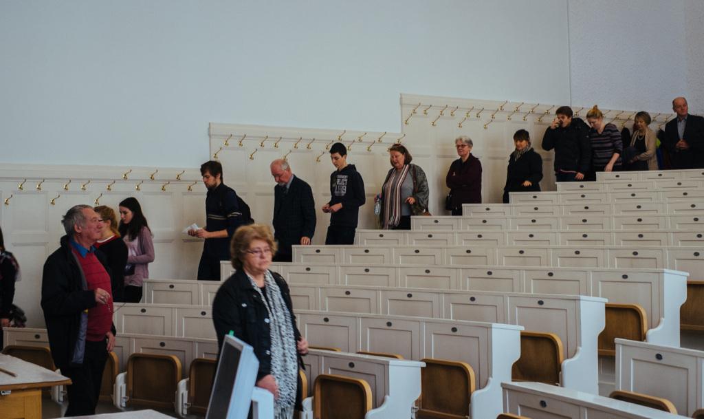 Zum Ausstellungsraum geht es durch den Christian-Doppler-Hörsaal. Dieser Hörsaal sieht weitgehend noch so aus wie im Jahr 1913, als der Neubau dieses Hauses eröffnet wurde. Die Renovierung im historischen Stil erfolgte um das Jahr 2000.