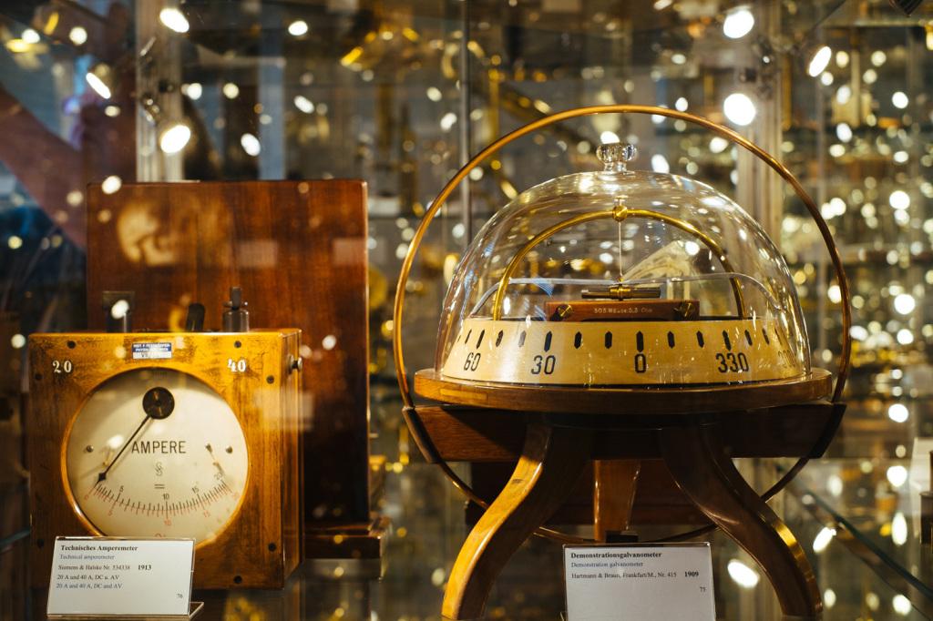 Ein Amperemeter von Siemens & Halske aus dem Jahr 1913 und ein sehr schönes Demonstrationsgalvanometer von Hartmann & Braun aus dem Jahr 1909. Beide mit Holzgestell.