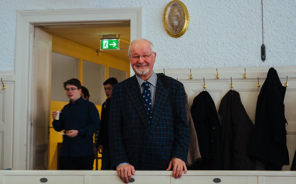 Die Gäste der Matinee fühlen sich im historischen Ambiente des Christian-Doppler-Hörsaals sehr wohl. Im Hintergrund eine Messing-Wandleuchte und die zaponierten Messing-Kleiderhaken.