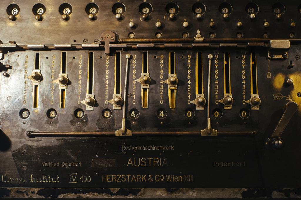 Eine Rechenmaschine der Firma Herzstark & Co., angeschafft im II. Physikalischen Institut im Jahr 1933. Eines der wenigen Objekte, das in der schwierigen Zwischenkriegszeit angeschafft werden konnte.