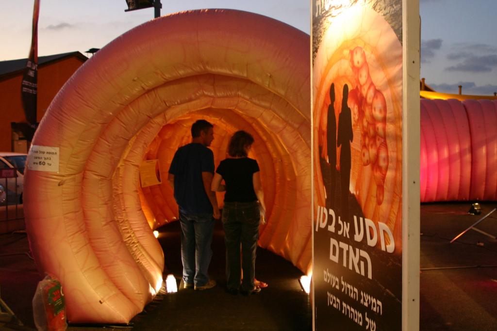 Faszination Darm_Besucher besichtigen das Darmmodell in Tel Aviv, Israel