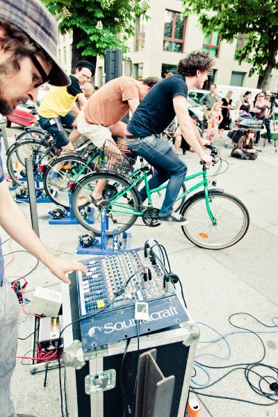"""Experimentieren, selbst ausprobieren, selbst erleben... Bewusstsein für das Thema Energiesparen durch das Erzeugen von Strom für die Tonanlage einer Live-Band mit Fahrrädern: die """"human powered music station"""""""