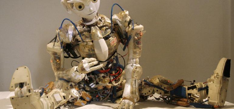 Roboter Kotaro auf der ARS Elektronika 2008. Ganz so wie Kotaro schauen die Roboter in der Pilotfabrik noch nicht aus. © Manfred Werner - Tsui – Wikki Commons, CC BY-SA 3.0