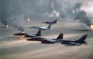 Kampfflugzeuge der U.S. Air Force patrouillieren zur Überwachung der No-fly-Zone über dem Irak nach dem ersten Golfkrieg von 1991, um die Einhaltung des Waffenstillstandes zu überwachen.