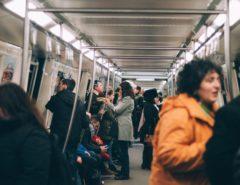 Innenraum einer U-Bahn mit Passagieren.