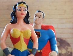 Foto von einer Superheldin und einem Superheld