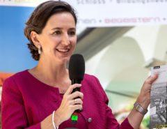 Barbara Stelzl-Marx hält ein Mikrofon in der Hand.