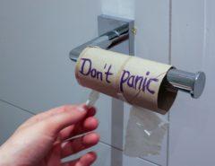 """Leere Klopapierrolle mit der Aufschrift """"Don't panic"""""""