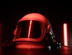 Ein Helm von einem Astronaut.
