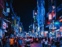 Nachtleben in Tokyo mit vielen Fußgänger.