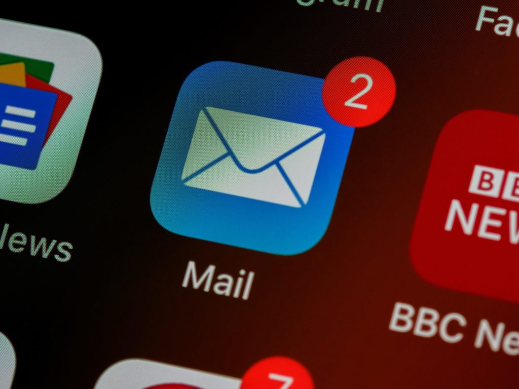 """Das E-Mail-Icon einer App auf einem Bildschirm mit einer roten """"2"""", die anzeigt, dass es neue zwei Nachrichten gibt."""