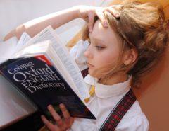 Schülerin lernt Englisch als Fremdsprache